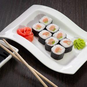 Ролл с копчёным лососем и зелёным луком