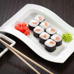 Ролл с копченым лососем и сыром