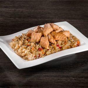 Чесночный рис с лососем