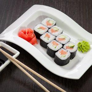 Ролл с копчёным лососем и огурцом